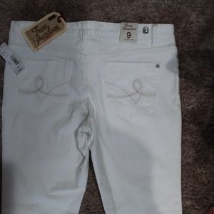 NWT TRUE FREEDOM  WHITE LEGGY JEGGING JR'S SIZE 9